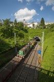 Railtracks som leder till en tunnel som sett från en bro i Frankrike arkivfoto