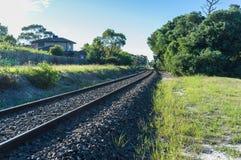 Railtracks som spolar in i avståndet i landsbygd Royaltyfri Foto
