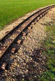 Railtracks till och med äng Royaltyfri Foto