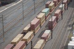 Railyard с контейнерными грузовыми составами и фурами стоя в промышленном порте Монреаля в Квебеке, стоковое изображение