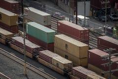 Railyard med behållaredrev från Medelhavs- SändningsFöretag MSC och vagnar som står i den industriella porten av Montreal arkivbild