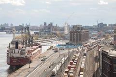 Railyard med behållaredrev och vagnar och ett lastfartyganseende i den industriella porten av Montreal i Quebec royaltyfri foto