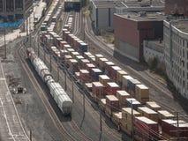 Railyard med behållaredrev och vagnar som står i den industriella porten av Montreal i Quebec, arkivbilder