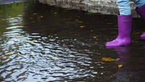 Rainboots på pölen lager videofilmer