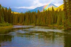 Rainbow al grande fiume di color salmone Immagine Stock Libera da Diritti