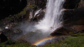 Rainbow alla base delle cadute primaverili stock footage