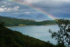 Rainbow Arcobaleno sopra un fiordo in Norvegia norvegese Pioggia Fotografie Stock