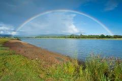 Rainbow di mattina sul cielo nuvoloso Fotografie Stock Libere da Diritti