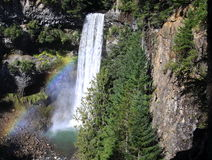 Rainbow e cascate in montagne Fotografie Stock
