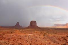 Rainbow e tempesta di passaggio - valle del monumento, AZ Fotografie Stock