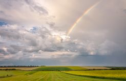 Rainbow Il cielo dopo la pioggia campo ed il cielo dopo la pioggia Un arcobaleno nel cielo Immagine Stock Libera da Diritti