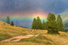 Rainbow in montagne Immagini Stock Libere da Diritti