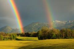 Rainbow naturale dopo pioggia immagini stock