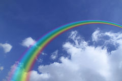 Rainbow nel cielo blu Immagine Stock
