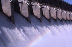 Rainbow nello spillway della diga Immagini Stock