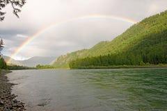 Rainbow sopra il fiume Fotografie Stock Libere da Diritti