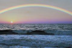 Rainbow sopra il mare Immagini Stock