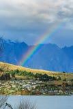 Rainbow sopra il villaggio Immagini Stock Libere da Diritti
