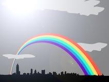 Rainbow sopra l'orizzonte nuvoloso grigio della città illustrazione vettoriale