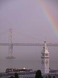 Rainbow sopra la costruzione del traghetto & il ponticello della baia Fotografie Stock Libere da Diritti