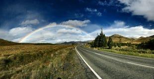 Rainbow sopra la strada immagine stock libera da diritti
