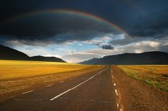 Rainbow sopra la strada immagini stock
