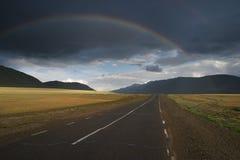 Rainbow sopra la strada Fotografie Stock Libere da Diritti