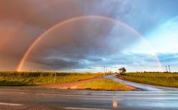 Rainbow sopra la strada Immagini Stock Libere da Diritti