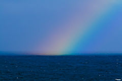 Rainbow sopra le acque nebbiose Fotografia Stock Libera da Diritti