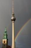 Rainbow, torretta della televisione e chiesa Immagini Stock