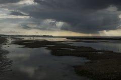 Raincloud с солнечными лучами на воздухе Gili, Lombok, Индонезии Стоковые Изображения RF