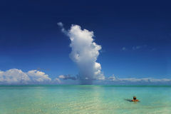 Raincloud tropical e oceano Fotografia de Stock Royalty Free