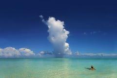 Raincloud tropical et océan Photographie stock libre de droits