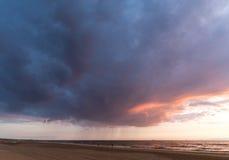 Rainclouds acima do Mar do Norte, Noordwijk, os Países Baixos Imagem de Stock Royalty Free