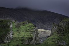 Rainclouds che si rivolta la cresta della montagna immagini stock libere da diritti