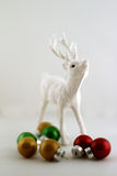 Raindeer和圣诞节球 库存照片