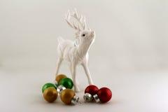 Raindeer和圣诞节球 库存图片