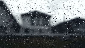 Raindrop chmurzący nieba z deszczem spadali od samochodowego nadokiennego szkła widoku od okno blisko wioska horroru ciemnych brz zdjęcie wideo