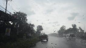 Raindrop na szkło przodzie mój samochód pracuje na drodze wipers i podczas gdy jadący zdjęcie wideo