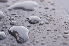 Raindrops deseniują na drewnianym pokładu zakończeniu up Obraz Stock