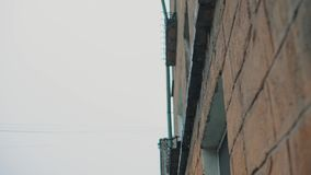 Raindrops kapią od dachu ściana koloru żółtego dom zbiory wideo