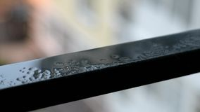 Raindrops kapie na czarnym metalu zdjęcie wideo