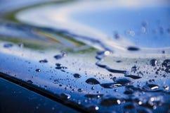 Raindrops lub wodne kropelki na powierzchni samochód obraz royalty free