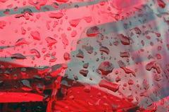 raindrops na czerwonych lampionach, samochodowi cieki zamykają w górę zdjęcia royalty free
