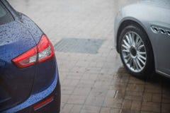 Raindrops na nowożytnym samochodzie obraz royalty free