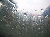 Raindrops na okno z ciemno?ci chmur? fotografia stock