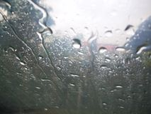 Raindrops na okno z ciemno?ci chmur? zdjęcia royalty free