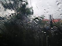 Raindrops na okno z ciemno?ci chmur? obrazy royalty free