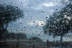 Raindrops na okno z krajobrazem zdjęcia stock