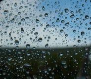 Raindrops na samochodowym lustrze Obrazy Royalty Free